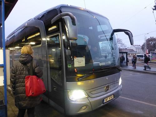 チェコ・プラハとチェスキークルムロフを結ぶバス(NA KNIZECIバスターミナル)