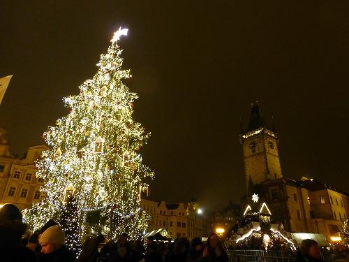 プラハの旧市街広場のクリスマスツリー