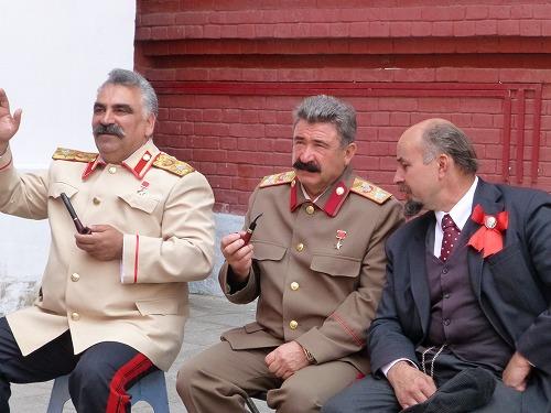 ロシア・モスクワの赤の広場付近にいるスターリンに似た人達