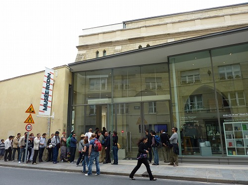 フランス・パリのロダン美術館のチケットを購入するための行列