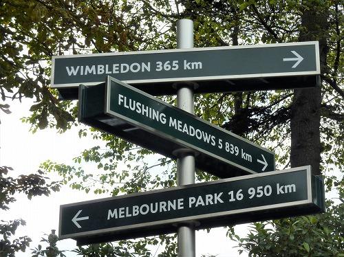 フランス・パリにあるローランギャロス敷地内にある他の四大大会の会場までの距離を示す標識
