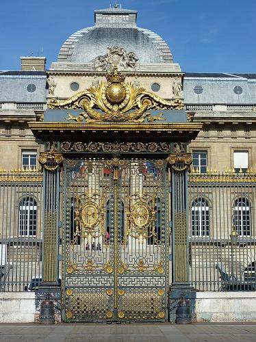 フランスのパリにある最高裁判所の門