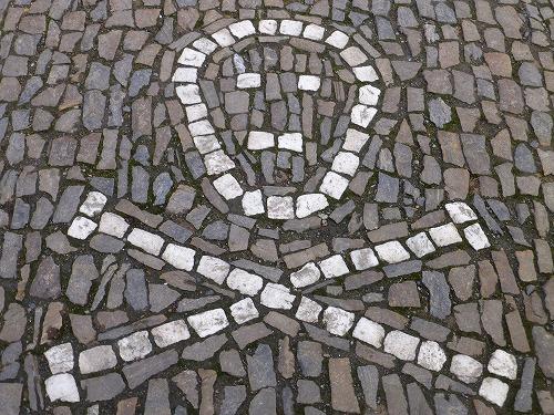 チェコのクトナー・ホラにあるセドレツ納骨堂近くの石畳