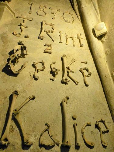 チェコのクトナー・ホラにあるセドレツ納骨堂内の人骨で造られた内装を手掛けたリントの名前