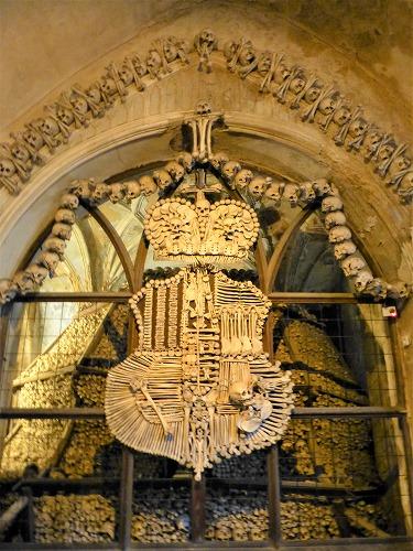 チェコのクトナー・ホラにあるセドレツ納骨堂内の人骨で造られたシュヴァルツェンベルク家の紋章
