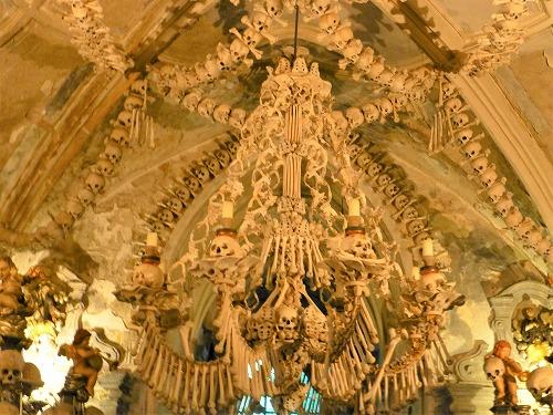 チェコのクトナー・ホラにあるセドレツ納骨堂内の人骨で造られたシャンデリア