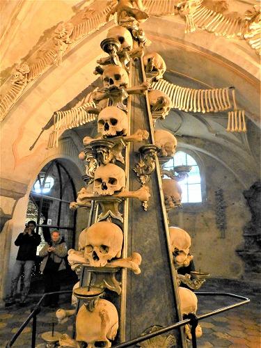 チェコのクトナー・ホラにあるセドレツ納骨堂内の人骨で造られた小尖塔