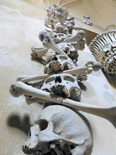 チェコのクトナー・ホラにあるセドレツ納骨堂内の人骨で造られた内装