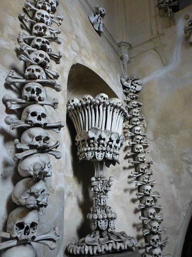 チェコのクトナー・ホラにあるセドレツ納骨堂内の人骨で造られた燭台