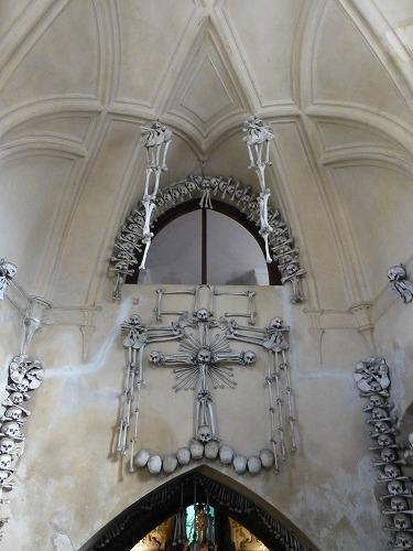 チェコのクトナー・ホラにあるセドレツ納骨堂内の人骨で造られた十字架