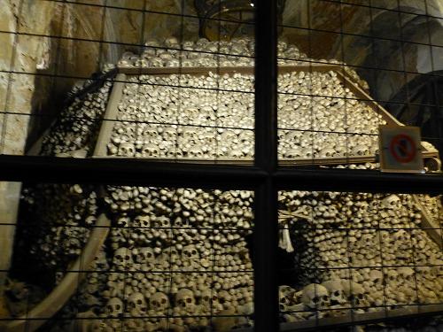 チェコのクトナー・ホラにあるセドレツ納骨堂内の人骨の山