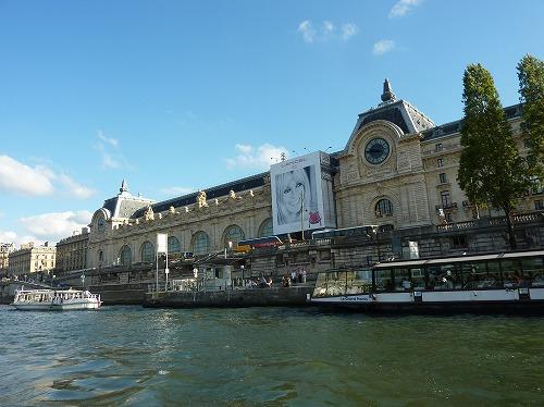 フランス・パリのセーヌ川クルーズでの風景(ルーブル美術館)
