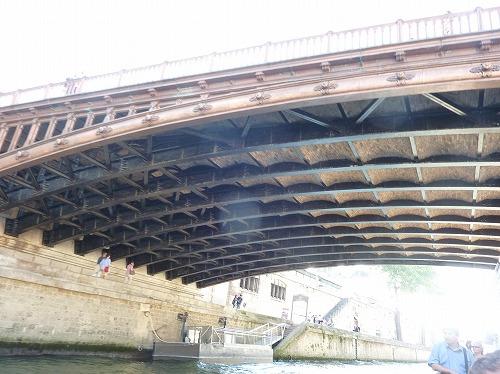 フランス・パリのセーヌ川クルーズでの風景(橋の裏)