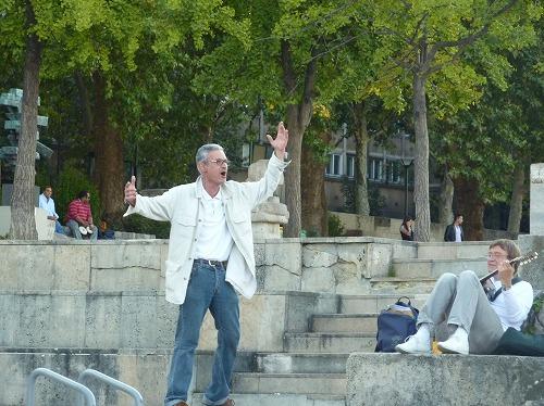 フランス・パリのセーヌ川岸で歌う男性
