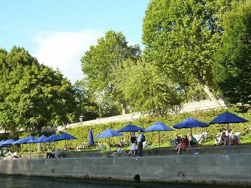 フランス・パリのセーヌ川岸でくつろぐ人々