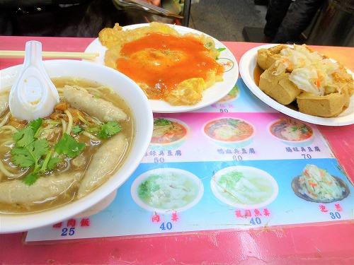台湾・台北の士林夜市の麺、牡蠣オムレツ、臭豆腐
