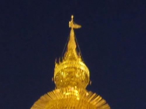 ミャンマー・ヤンゴンのシュエダゴンパゴダの黄金の仏塔の先頭の風見鶏