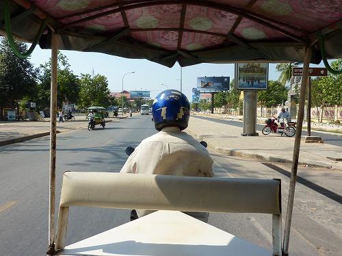 カンボジアのシェムリアップを走るトゥクトゥク