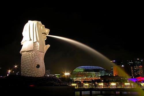 シンガポールのマーライオン公園にあるマーライオン(ライトアップ)