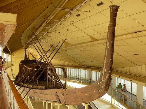 エジプト・ギザの太陽の船博物館に展示されている木造船