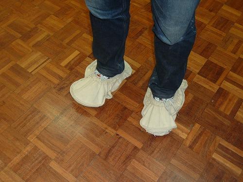 エジプト・ギザの太陽の船博物館で靴カバーをつける