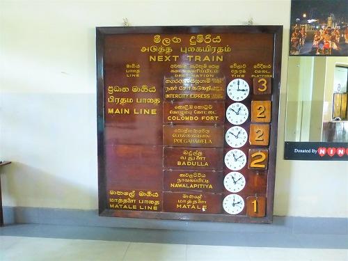 スリランカ・キャンディ駅の行き先案内板