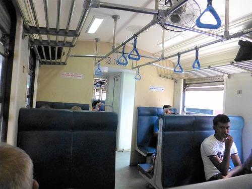 スリランカ・キャンディからコロンボへ向かう鉄道の車内(3等車)