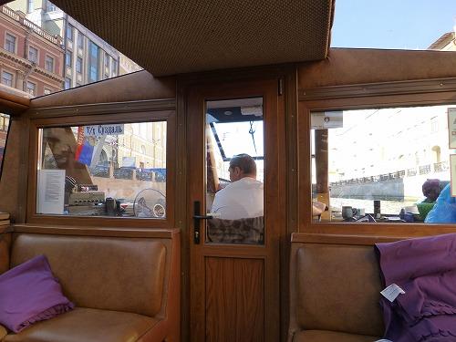 ロシア・サンクトペテルブルクのネヴァ川クルーズ(クルーズ船の船内)
