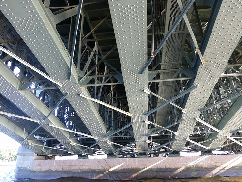 ロシア・サンクトペテルブルクのネヴァ川クルーズ(橋の裏側)