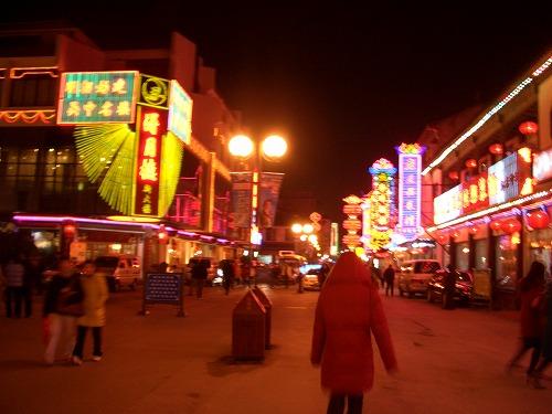 中国・蘇州にある観前街(夜)