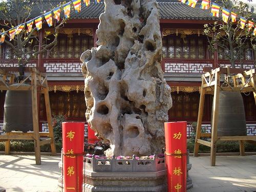 中国・蘇州にある寒山寺の奇岩