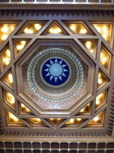 台湾・台北の中正紀念堂の紀念堂の天井(台湾の国章『青天白日』)