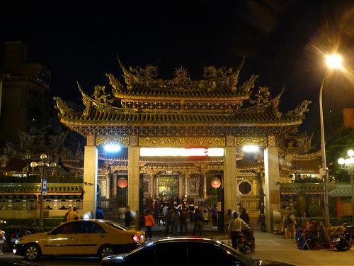 台湾・台北の龍山寺(夜)