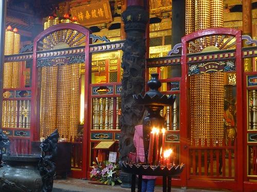 台湾・台北の龍山寺の本堂内部