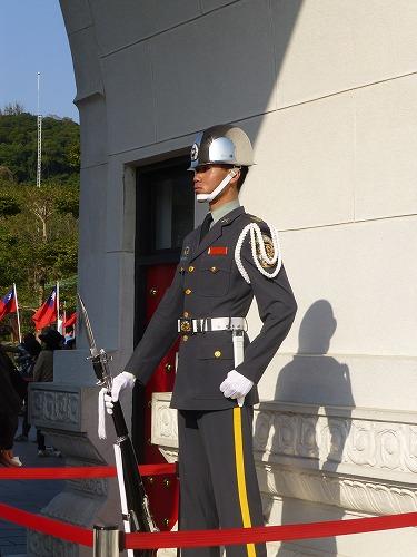 台湾・台北にある忠烈祠の正門に立つ兵士