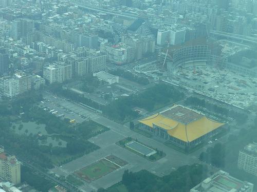 台湾の台北101の展望台から見た国父紀念館