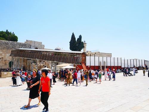 エルサレム(イスラエル)の神殿の丘の入口のモロッコ門へ続く木製の歩道