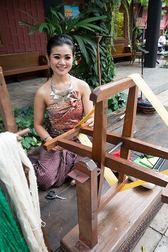 タイシルクの生地を編む女性