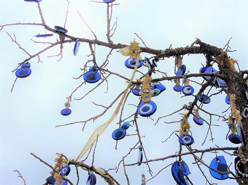 トルコ・カッパドキアの鳩の谷に吊り下げられたたくさんのナザールボンジュウ