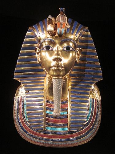 エジプトのカイロ考古学博物館に展示されているツタンカーメンの黄金のマスク
