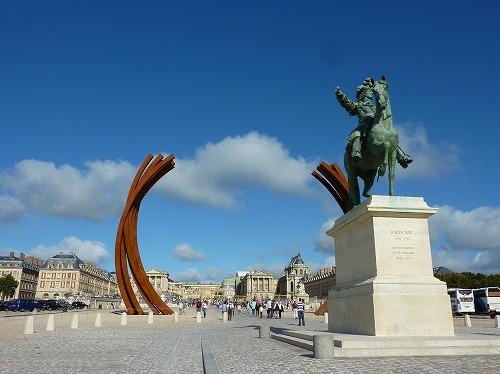 フランス・ベルサイユ宮殿のルイ14世の騎馬像と鉄のオブジェ