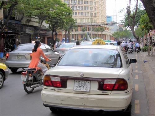 ベトナムのホーチミンを走るタクシー