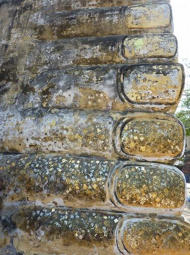 タイ・アユタヤ遺跡のワット・ロカヤ・スタの寝釈迦の足先につけられた金箔