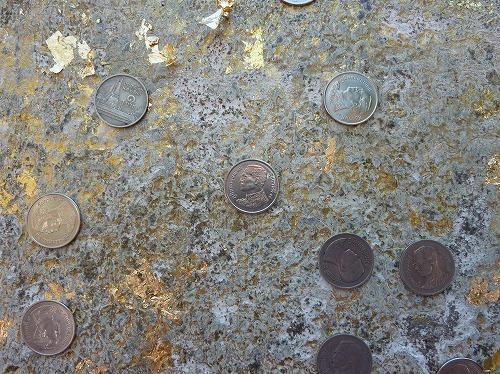 タイ・アユタヤ遺跡のワット・ヤイ・チャイ・モンコンの寝釈迦の足裏に張り付けた硬貨