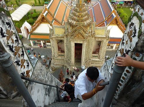 タイ・バンコクのワットアルンの大仏塔から階段の下を眺める