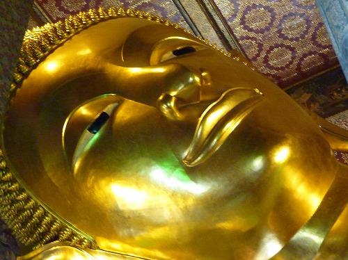 タイ・バンコクのワットポーの涅槃仏の顔