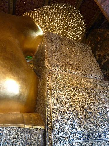 タイ・バンコクのワットポーの涅槃仏の後頭部