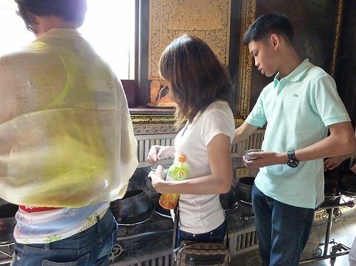 タイ・バンコクのワットポーの涅槃仏の周りの鉢