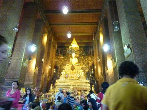 タイ・バンコクのワットポー内の本堂に安置されている本尊