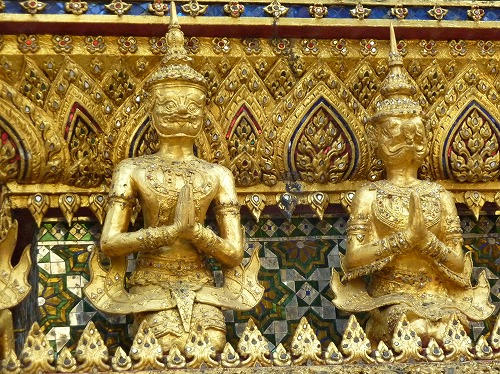 タイ・バンコクのワットプラケオ内部の金色の像